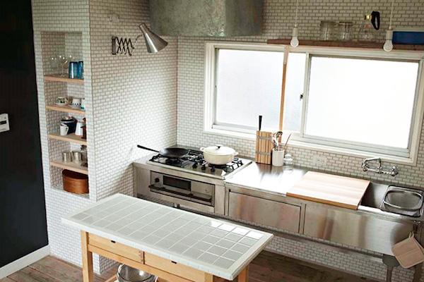 タイルむき出しのキッチン