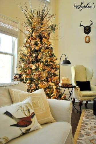 th_uncategorized-awesome-stylish-christmas-tree-with-gold-ornaments-color-theme-in-pleasant-living-room-nuance-wonderful-christmas-trees-picture-and-wallpaper-with-fancy-decoration-for-your-inspiration-687x1024