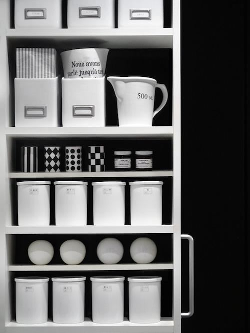 モノトーン インテリア 食器棚